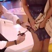 Juan y Medio cortándole la falda a su compañera Eva Ruiz