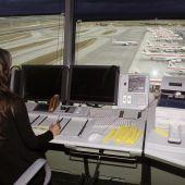 Una controladora aérea en el aeropuerto