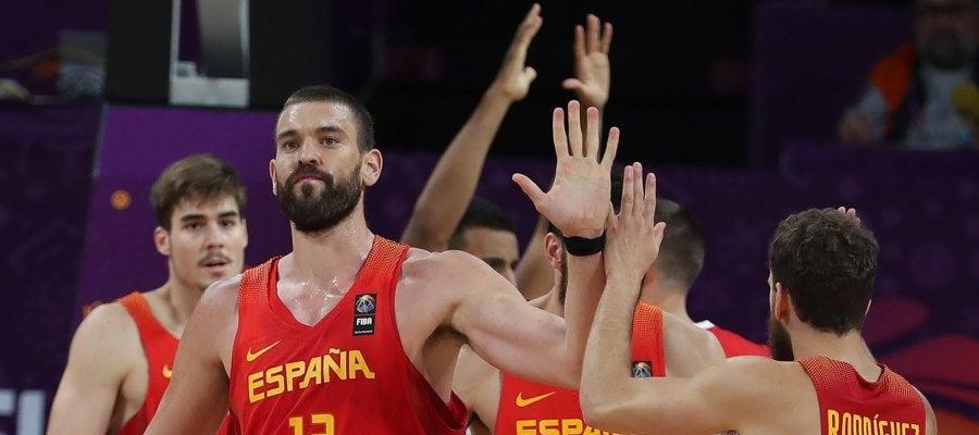 Marc Gasol celebra con sus compañeros una canasta ante Alemania
