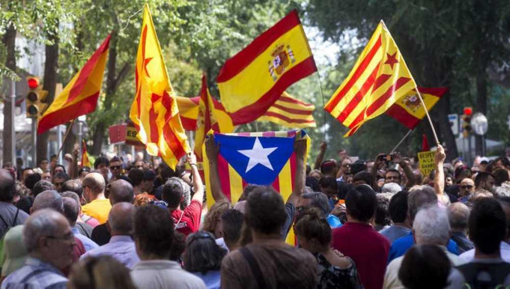 Banderas catalana, española y estelada mezcladas durante una manifestación