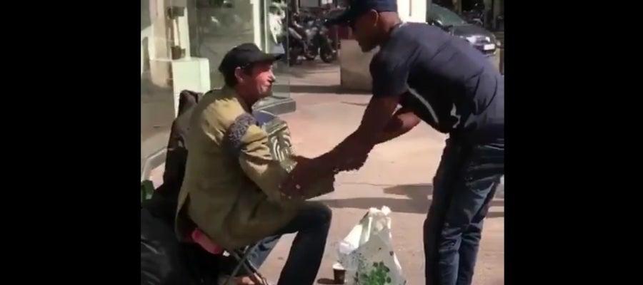 Patrice Evra reparte comida entre los más necesitados en Marsella