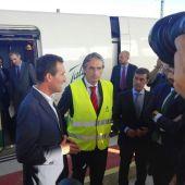 El Ministro de Fomento Iñigo de la Serna en la estación del AVE de Elche, junto al alcalde de la ciudad, Carlos González