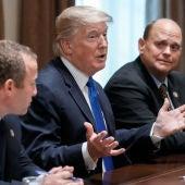 Donald Trump, con el representante demócrata, Josh Gottheimer y el representante republicano, Tom Reed