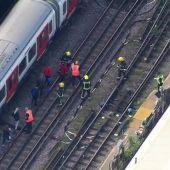 La Policía y los bomberos evacuan a los pasajeros de metro donde ha sido la explosión