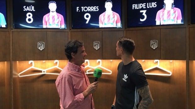 De la Morena y Fernando Torres en el vestuario del Wanda Metropolitano.