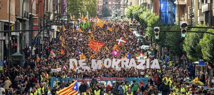 """Manifestación en Bilbao en apoyo al referéndum catalán, bajo el lema """"Votar para decidir"""" y """"democracia"""""""