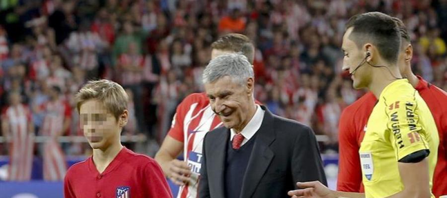 El exfutbolista rojiblanco José Eulogio Gárate se dispone a efectuar el saque de honor antes del partido entre Atlético de Madrid y Málaga