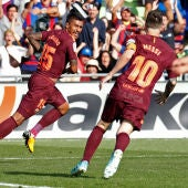 Paulinho celebra un gol con Messi