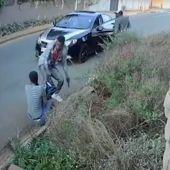 Imagen del atracador y la víctima captada por las cámaras de seguridad.
