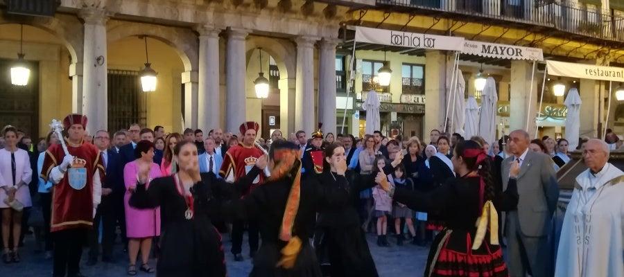 Un grupo de danzas baila junto a la Virgen de la Fuencisla