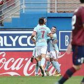 Los jugadores del Celta celebran uno de sus goles ante el Eibar