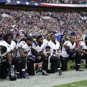 Las estrellas de la NFL de rodillas.