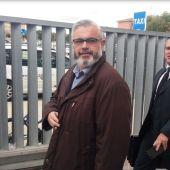 Basilio López, acompañado por su abogado, a su salida de la Ciudad de la Justicia de Elche.
