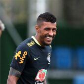 Una entrada de Paulinho deja muy tocado a Neymar.