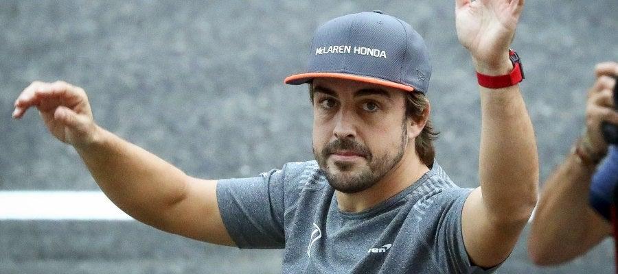 Fernando Alonso saluda a los aficionados en Japón