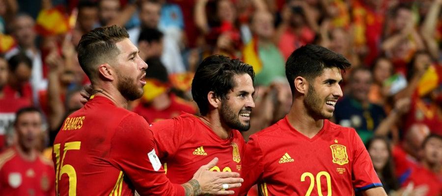 Isco celebra un gol con Asensio y con Ramos