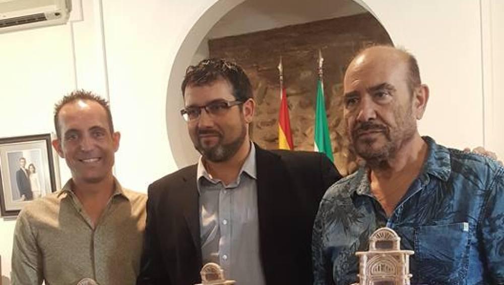 El dramaturgo ilicitano, Tomás Ferrando, primero por la izquierda junto a los ganadores de las restantes categorías del certamen literario del Ayuntamiento de Villa del Río