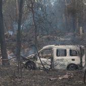 El coche donde fallecieron dos mujeres, víctimas del fuego, en la zona de Chandebrito en Nigrán