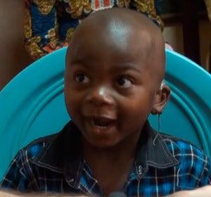 La emotiva reacción de unos niños al escuchar por primera vez gracias a los audífonos reciclados