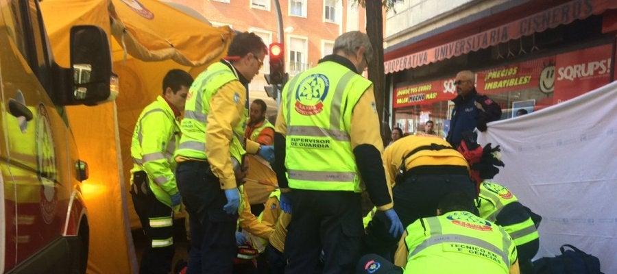 Servicios de Emergencias atendiendo a la mujer atropellada en Madrid