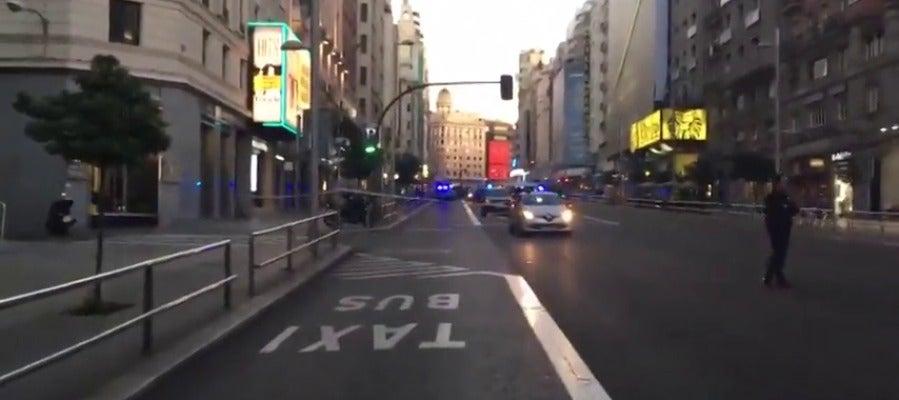 Cortada la Gran Vía de Madrid por un coche abandonado en mitad de la calzada
