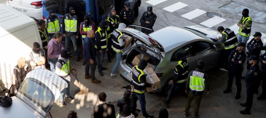 Efectivos de la Policía Nacional registran una furgoneta en una incineradora de Sant Adrià de Besòs (Barcelona)