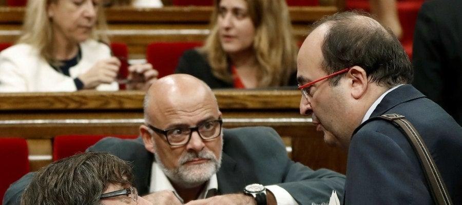 Carles Puigdemont y Miquel Iceta, en el Parlament catalán