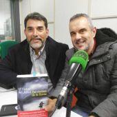 Víctor del Árbol y Rafa Gutiérrez en los estudios de Onda Cero Gijón