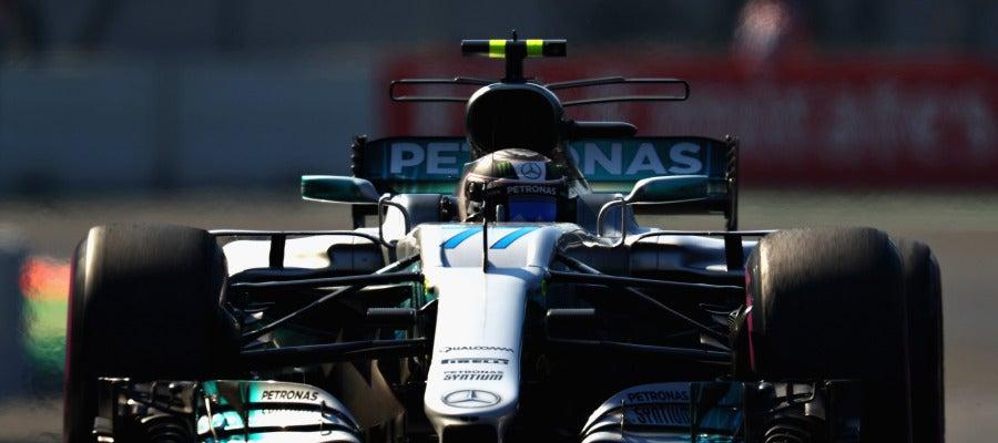 Valtteri Bottas rueda sobre el trazado de México
