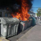 Contenedor de recogida de cartón ardiendo en el barrio de Carrús de Elche