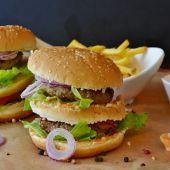 Dos hamburguesas con patatas