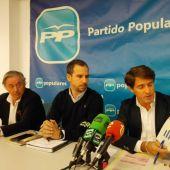 José Salas y Juan de Dios Navarro en la sede del PP, acompañado por el secretario general en Elche