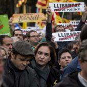 La alcaldesa de Barcelona, Ada Colau, participa en la manifestación de Barcelona