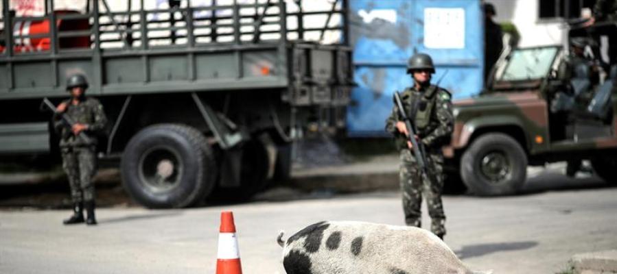 Militares vigilan durante un operativo contra el narcotráfico en Brasil.