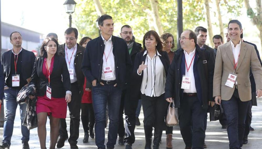 El secretario general del PSOE, Pedro Sánchez, y la presidenta, Cristina Narbona, junto a otros líderes socialistas.