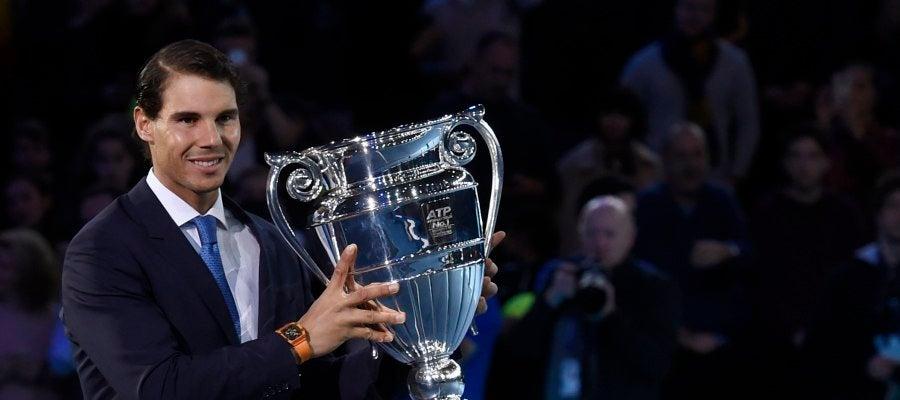 Rafa Nadal recoge el trofeo que le acredita como número 1