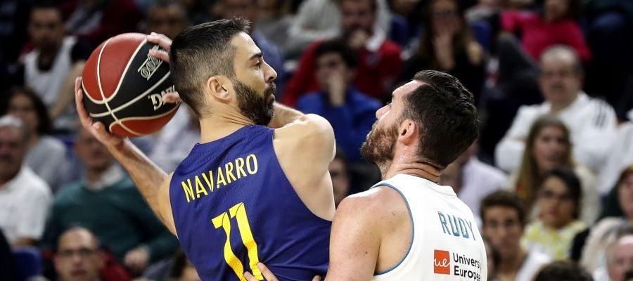 Navarro protege el balón ante la defensa de Rudy