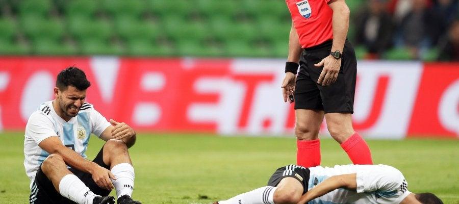 Agüero y Di Maria en el suelo en un partido con la Selección Argentina