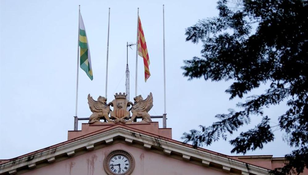 Fachada del Ayuntamiento de Sabadell, donde faltan la bandera de España y de la UE