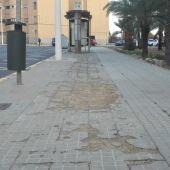 Estado en el que se encuentra una de las aceras de la calle 'Abogados de Atocha' del barrio Los Palmerales de Elche
