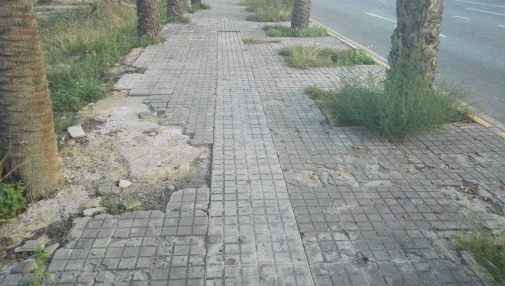Estado en el que se encuentra la acera de la calle l'Avet de las inmediaciones del Hospital General Universitario de Elche