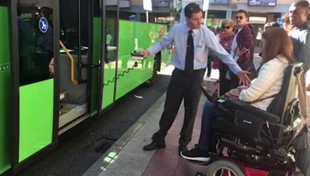 Imagen de archivo: accesibilidad al transporte público de las personas con discapacidad.