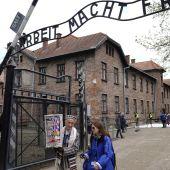 Vista de la entrada al antiguo campo de exterminio nazi de Auschwitz-Birkenau
