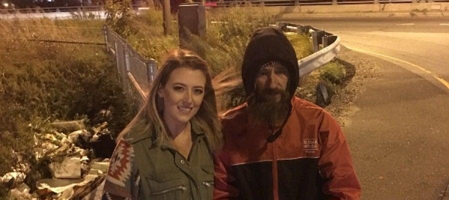 La joven y el hombre sin techo, dos historias de generosidad