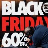 Un cartel del Black Friday en un escaparate.