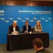 El portavoz del Grupo Popular en el Parlamento Europeo, Esteban González Pons, el presidente del Partido Popular de las Islas Baleares, Biel Company y la eurodiputada por Baleares,Rosa Estarás