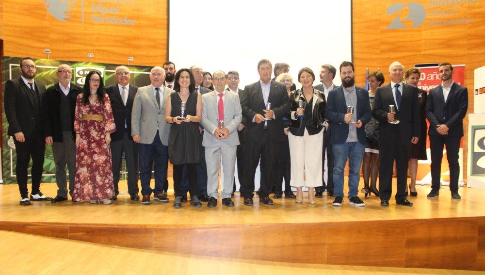 Los premiados de los VI Premios 'Ilicitanos en la onda' a la conclusión de la gala