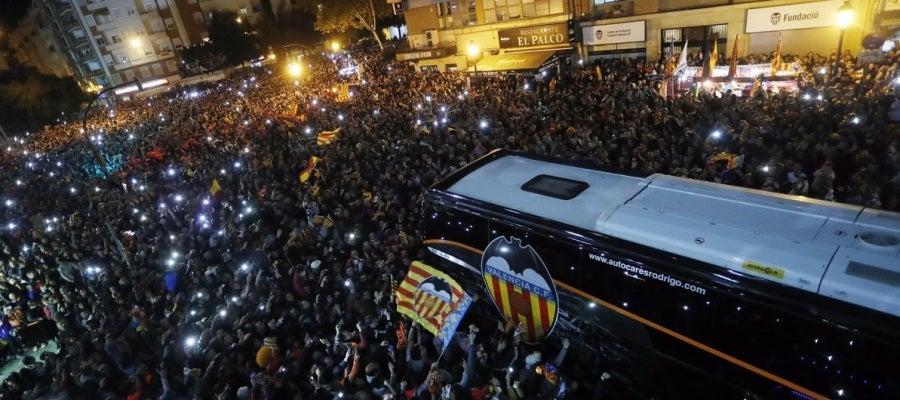 El autobús del Valencia llega a Mestalla