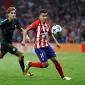 Correa y Marcos Alonso, durante el Atlético de Madrid - Chelsea