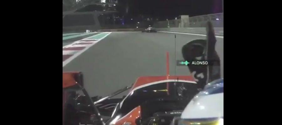 Fernando Alonso hace unos 'donuts' al acabar la carrera en Abu Dabi